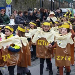 Dotore mozorrotuta atera dira desfilean Mariaren Lagundiko umeak