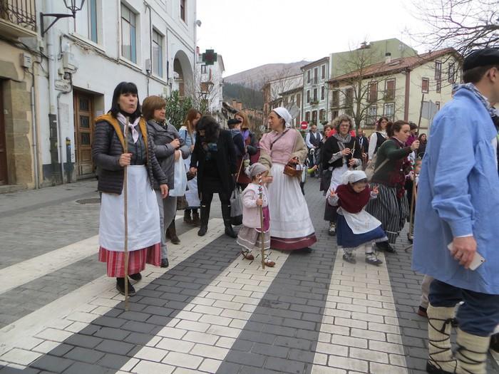 Santa eskean ibili gara kantari eta dantzari Basabeazpiko kideok - 23