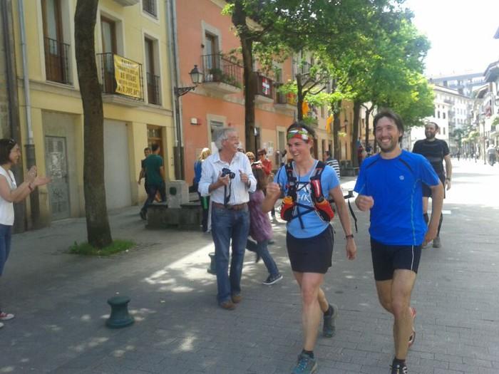 Rosa Lasagabaster eta Gorka Gabilondo Durana kalean sartzen.