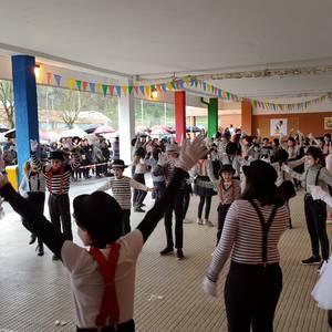 Eskolako aterpean egin dute dantzan San Martin Agirre Herri Eskolakoek