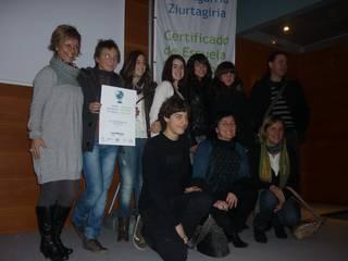 Eskola Jasangarria agiria eta bandera jaso ditu Kurtzebarri institutuak
