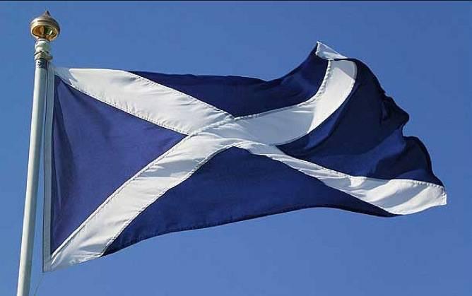 Eskoziar bandera eskegiko dute bihar Arrasateko udaletxeko fatxadan