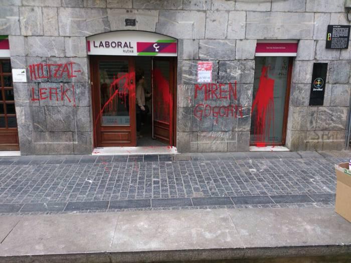 Iturriotz kaleko Laboral Kutxako bulegoan pintadak egin dituzte