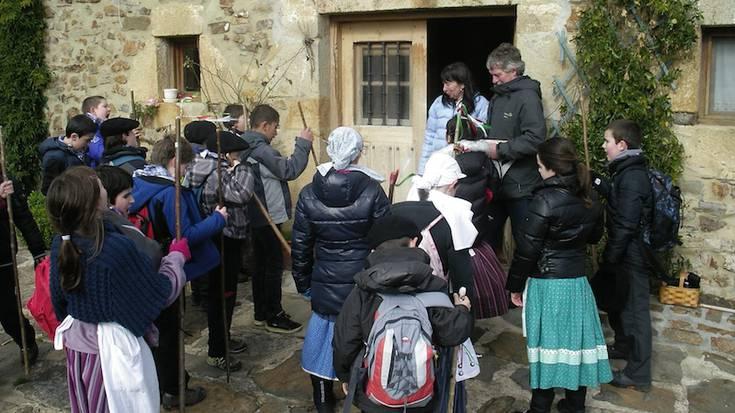 Aramaioko San Martin eskola osoa irten da Santa Ageda eskean