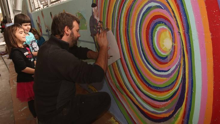 Bizikidetzaren aldeko murala margotu dute Antzuolan
