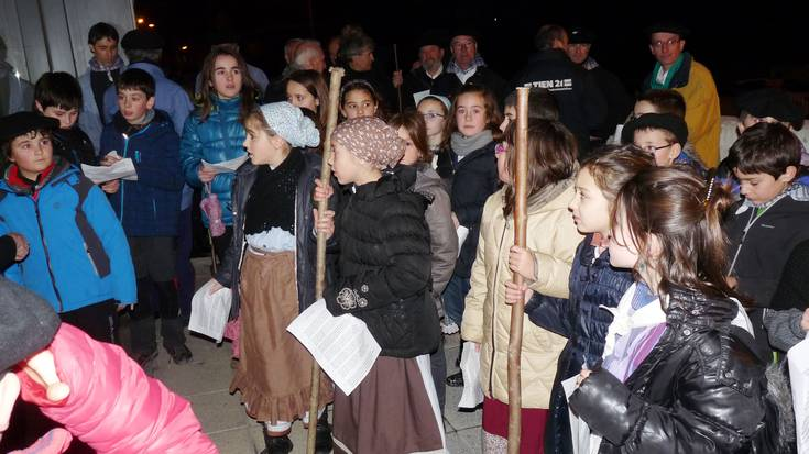 Aretxabaletako abesbatzakoak eta musika eskolakoak Santa Ageda kantuan