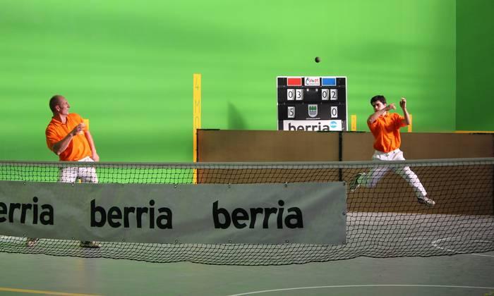 Eskuzko pasaka, tenisa dirudien pilota jokoaren gaineko berbaldia gaur Arrasaten