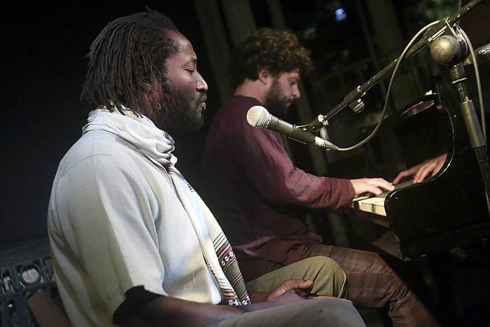 MÜ Mbana & Cristobal Montesdeocaren musika lasaiarekin gozatu zuten atzo Espoloian batutakoek