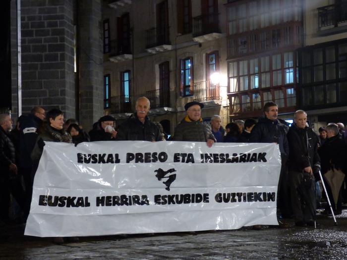 Arrasateko alkatea eta zenbait alkate ohi, euskal presoen eskubideen defentsan