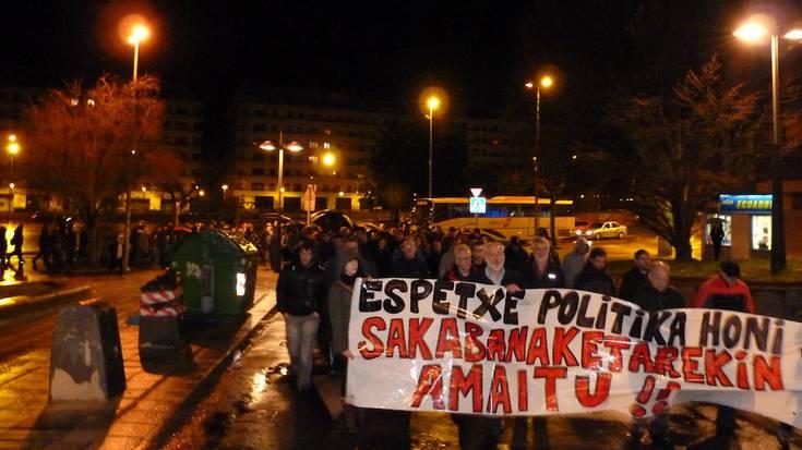 """""""Sakabanaketa eta espetxe politika honekin amaitzeko garaia"""" dela aldarrikatu dute"""