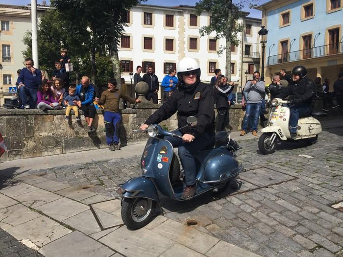 Vespa eta Lambretta motoen zaleak 12. urtez elkartu dira Elgetan