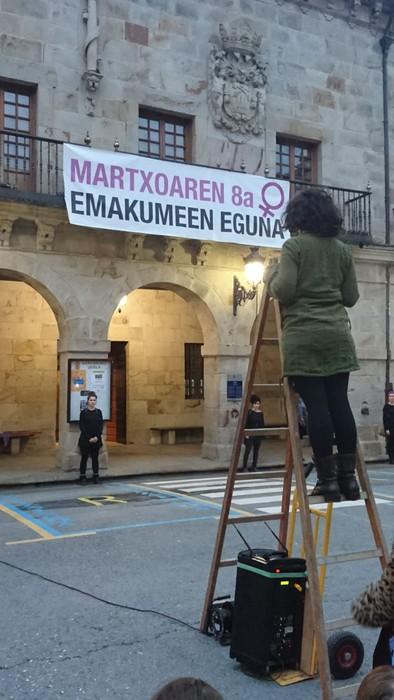 Bergaran emakumeen eskubideen aldeko kalejira performancea egin zuten - 5
