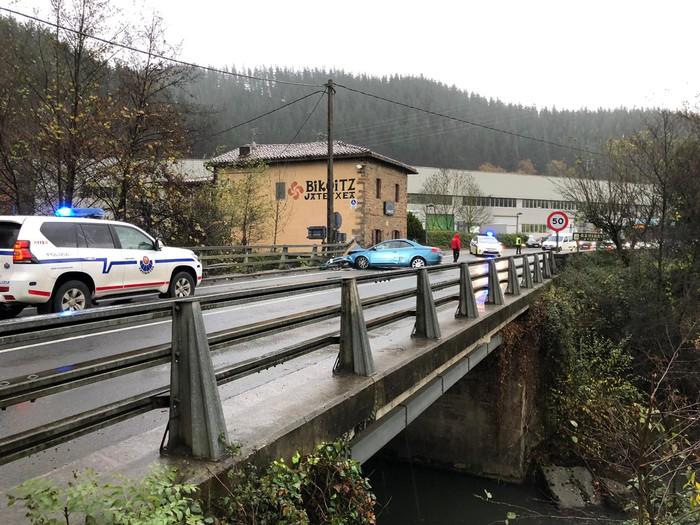 Auto batek istripua izan du Oñatin, Zubillagara bidean