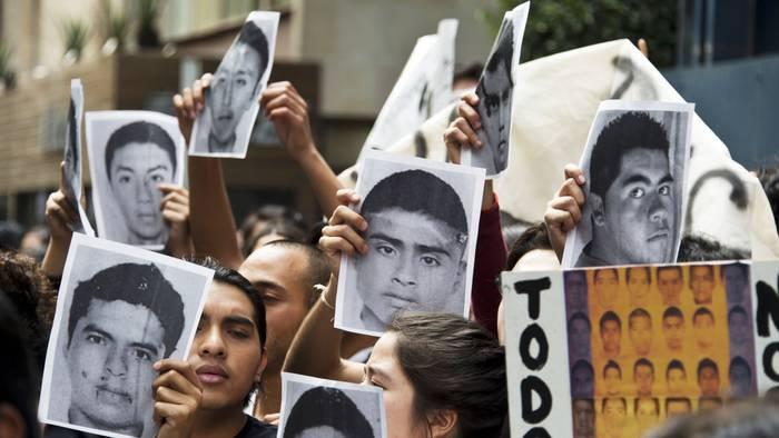 Ayotzinapako 43 ikasle desagertuen familiarrei elkartasuna adierazteko elkarretaratzea