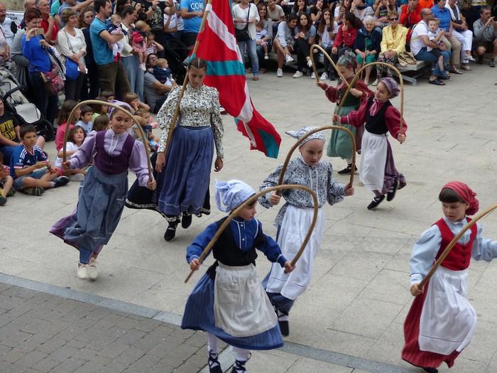 Txupina botaz eta ikurrin dantzarekin jaietan dira Antzuolan - 17