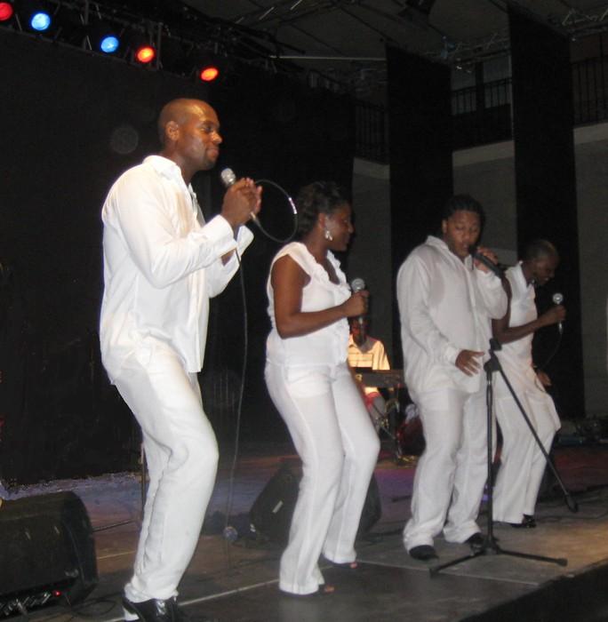 Ariane Nsilulu & Shine Gospel Family taldea bihar, egubakoitza, Santa Anan