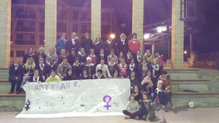 Bergaran emakumeen eskubideen aldeko kalejira performancea egin zuten