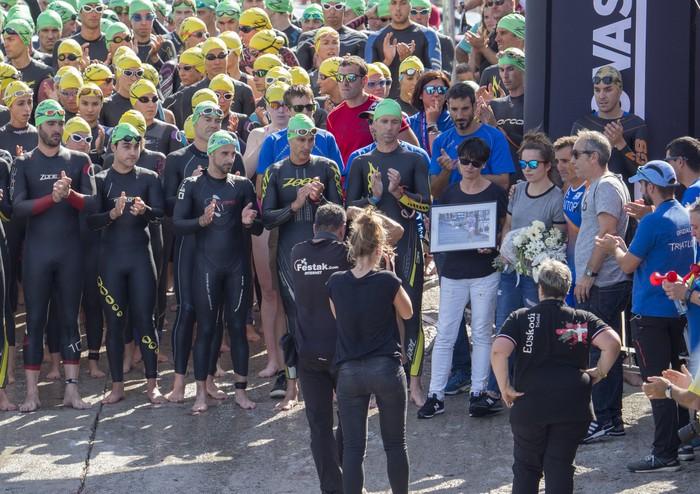 Antxintxika familiaren babesean omendu dute Mikel Crespo Zumaiako triatloian