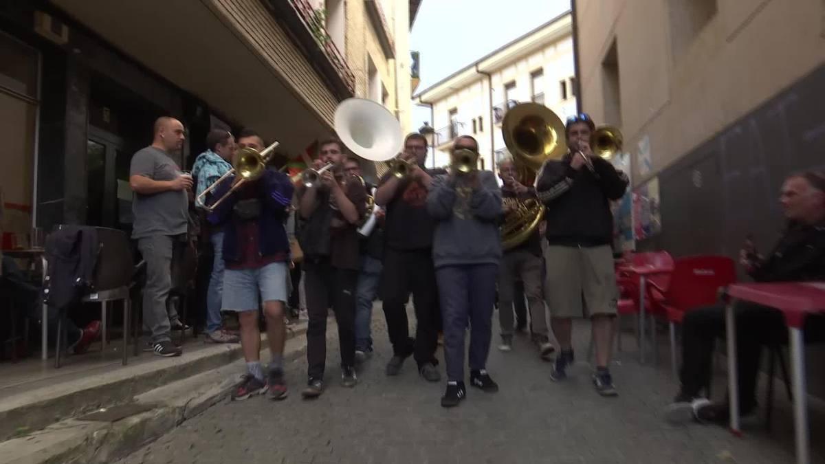 Broken Brothers Brass Band-en erritmoarekin dantzan