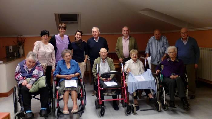 Maider Arregi eta Jose Luis Gorrotxategi bertsolariak Iturbideko egoiliarrekin izan dira