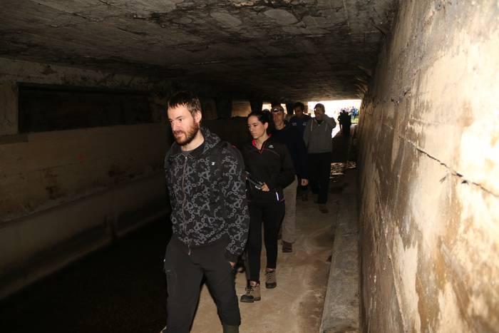 60 pertsona inguruk zeharkatu dute Aramaio erreka lur azpitik