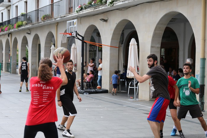 Uztaipeko ikuskizuna Aretxabaletako Herriko Plazan - 1
