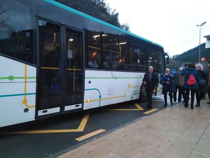 Udanan autobus batek izandako matxurak atzerapenak eragin ditu garraio publikoan