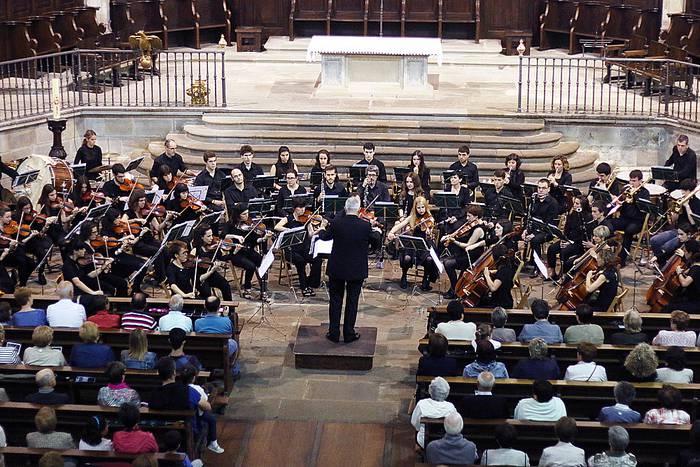 Bergarako orkestra sinfonikoa Stoltz-Freres organoaren alde kantuan