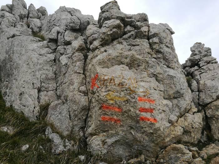 Spray naranjaz egindako markak agertu dira Udalatxen