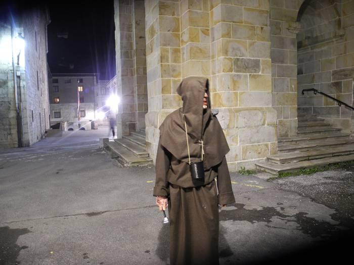 Bisita gidatu antzeztua, biharko Gaba Beltzari hasiera emateko