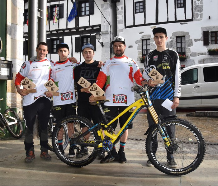 Lokatza taldeko bost txirrindulari podiumean BTT jaitsieretako Euskadiko Openean
