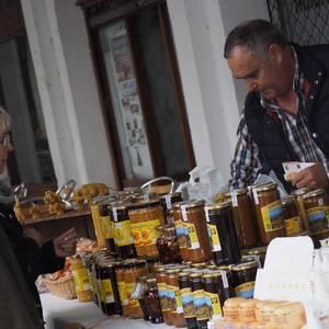 Jatorri desberdinetako gastronomiaz eta folkloreaz gozatu dute gaur Aretxabaletan