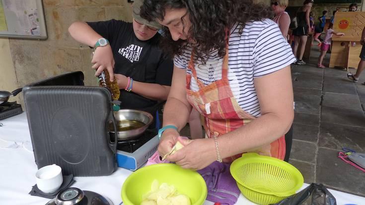 Zapatu goiza Aramaion: umeendako jolasak eta patata tortilla lehiaketa