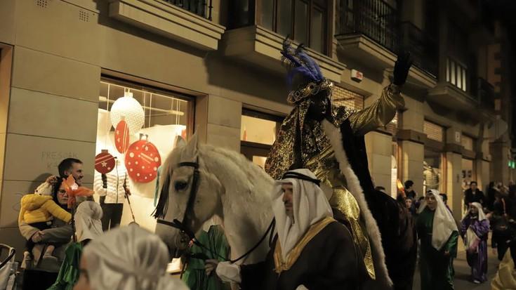 Oñatiko Errege Magoen desfilea argazkitan