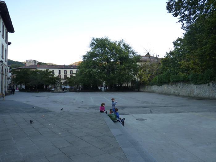 Plaza ondoko jolas gunea eta frontoia argiztatu egingo dituzte