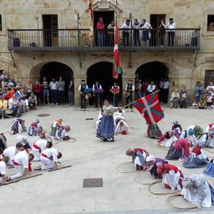 Txupina botaz eta ikurrin dantzarekin jaietan dira Antzuolan