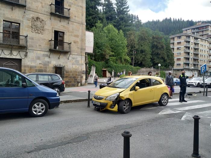 Auto batek istripua izan du Otalora Lizentziaduna kalean, trafikoan eraginez