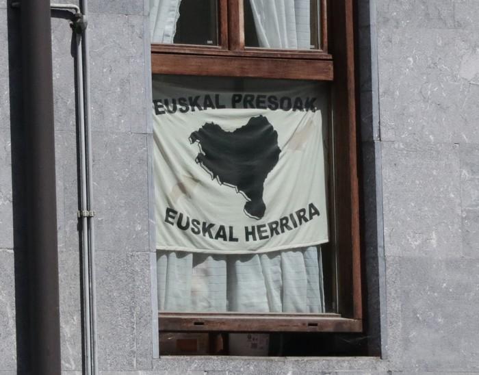 Presoen aldeko 200 banderola jartzeko erronka bete nahi du Sarek