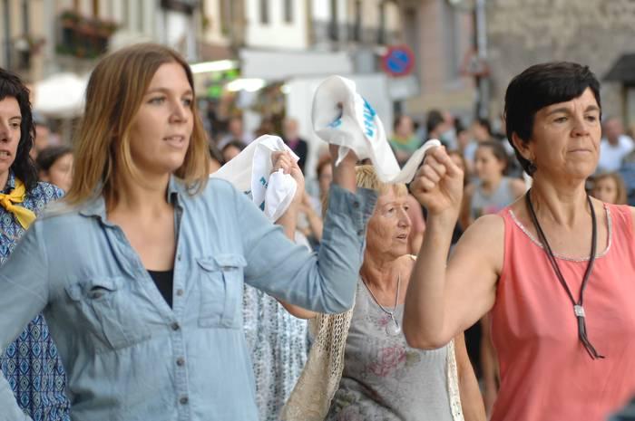 Herriko plaza txiki geratuko da larrain dantza ikusteko