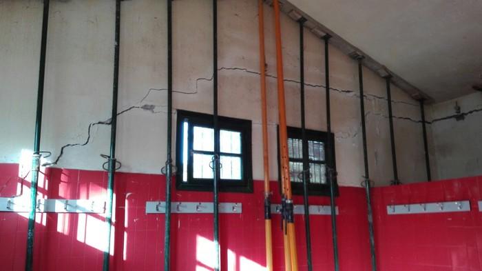 Autobideko lanak direla-eta, pitzadura handiak Eztala futbol zelaiko aldageletan - 2