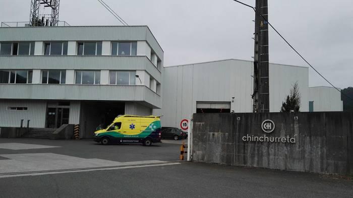 Helikopteroz Donostiara eroan dute Oñatiko lantegi baten zauritutakoa