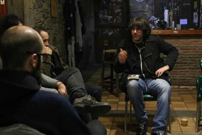 Jon Andoni del Amok 'Party & Borroka' liburua aurkeztu du Bergarako gaztetxean