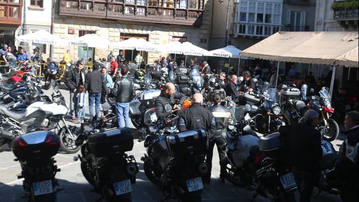 Motorrez bete da Arrasateko Herriko Plaza