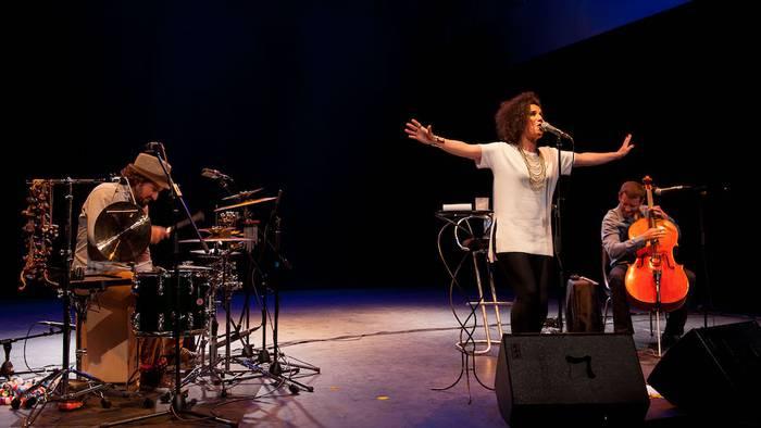 Blues, jazz eta kantu frantsesak urrezko ahotsarekin abestuta