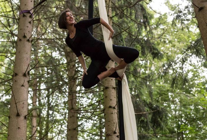 Oihal-akrobazia Dorleta santutegiko baselizako zelaian