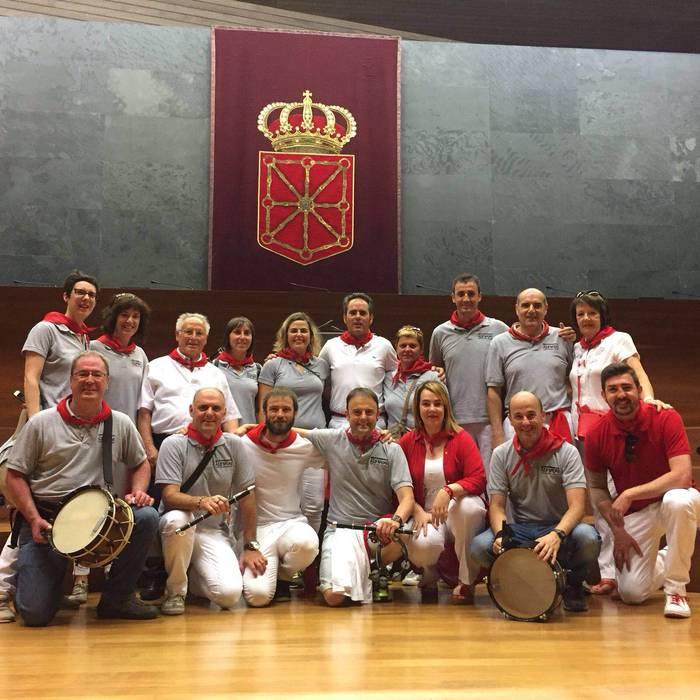 Antzuolako txistulariak Nafarroako parlamentuan