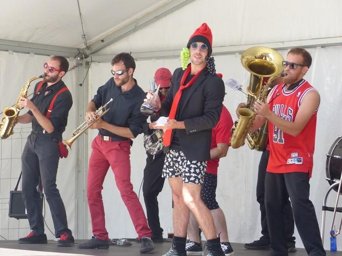 Musika dantzagarria eta umorea gaur eguerdian Bergarako Santa Marina auzoko jaietan - 2