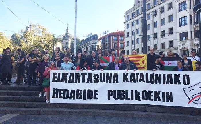 Euskal komunikabideek elkartasuna erakutsi diete Kataluniako hedabide publikoei
