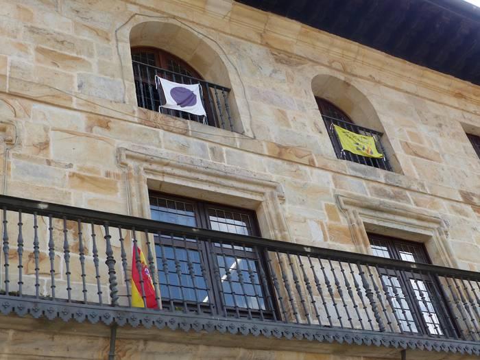 Espainiako bandera jarri dute Aramaioko udaletxean, epaitegiak aginduta