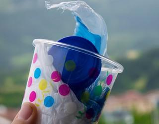 Plastikoa buruan taldeko kideek plastikoa jasotzera animatu gura dituzte herritarrak